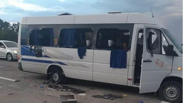 (ВИДЕО) Украинската полиция разследва нападението на автобус близо до Харков има жертви