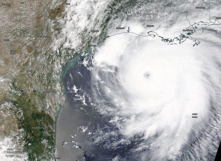 """(ВИДЕО) САЩ: ураганът """"Лaура"""" приближава пета степен"""