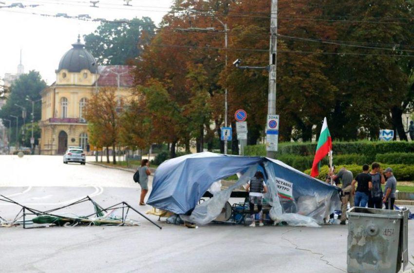 Мощна буря в София, вятърът събори шатрите на протестиращите