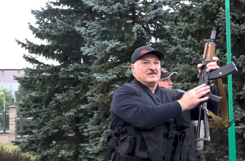 (ВИДЕО)Лукашенко слезе от хеликоптер в бронежилетка и АК47 в ръка.