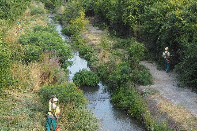 Коритото на река Бели Лом в Разград се почиства