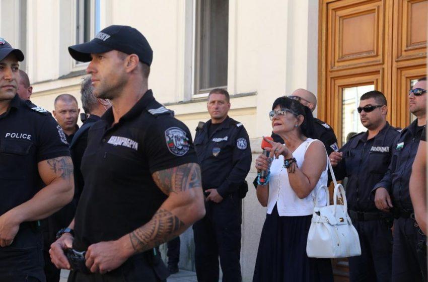 Журналистка беше нападната от протестиращи  пред парламента