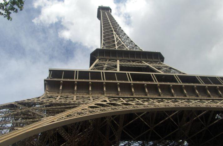 Заради COVID-19 Париж повишава нивото на риск до максимум
