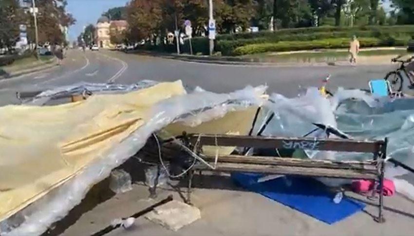 (ВИДЕО)Неизвестни  нападнаха палатковия лагер пред СУ