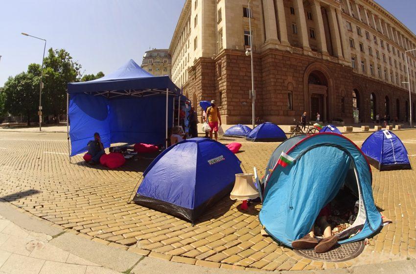 Няма напрежение в трите палаткови лагера тази нощ