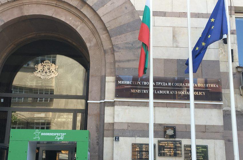 Протест иска оставката на министър Сачева