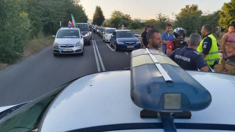 Протестно автошествие затрудни трафика през Прохода на Републиката