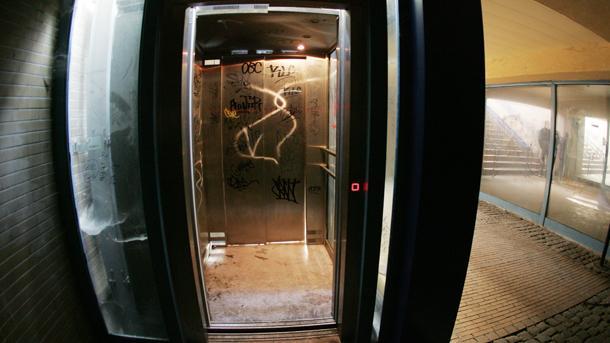 Трима пострадаха при пропадане на асансьор в Благоевград
