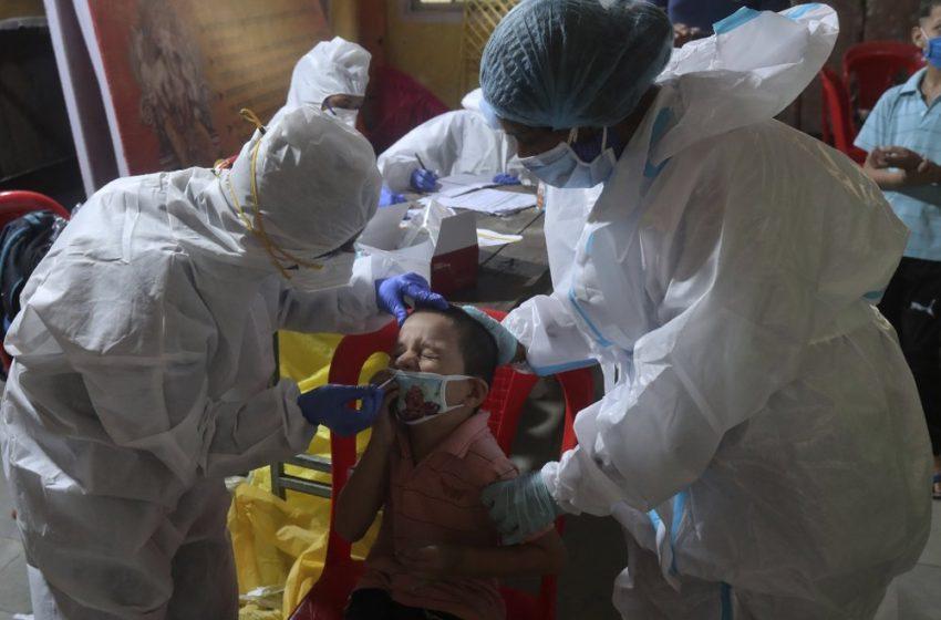 Родителите на ученици, контактни на заразен с COVID-19 учител, още не са тествани