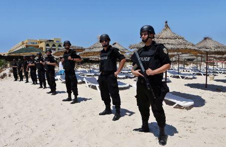 Полицай и трима заподозрени терористи загиват при нападение в Тунис