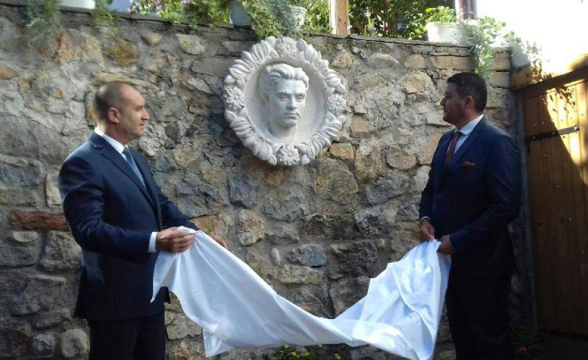 Румен Радев откри барелеф на Васил Левски в Брестовица