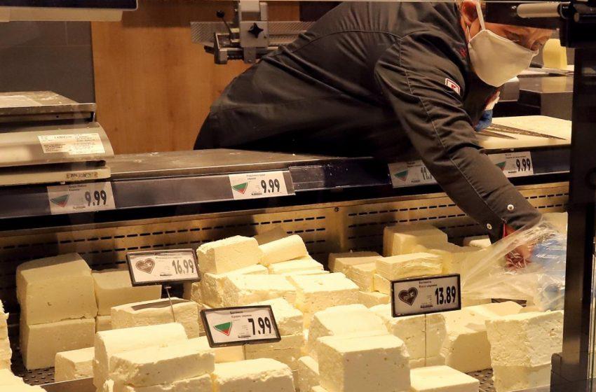 Тъпчат сиренето със свинска мас