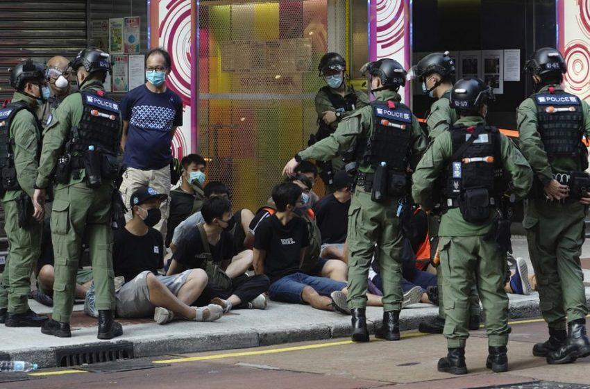 (ВИДЕО) Хонг Конг шокиран от насилствения полицейски арест на 12-годишно момиче