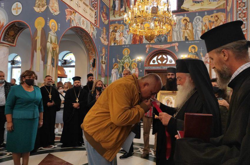 (ВИДЕО) Ловешкият митрополит Гавриил награди Борисов с ордена на Светите Новоселски мъченици