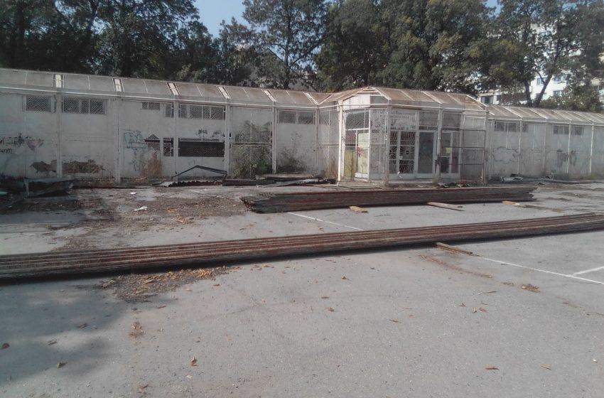 (ВИДЕО) Демонтаж на покрива на опасната сграда в 28-мо СУ