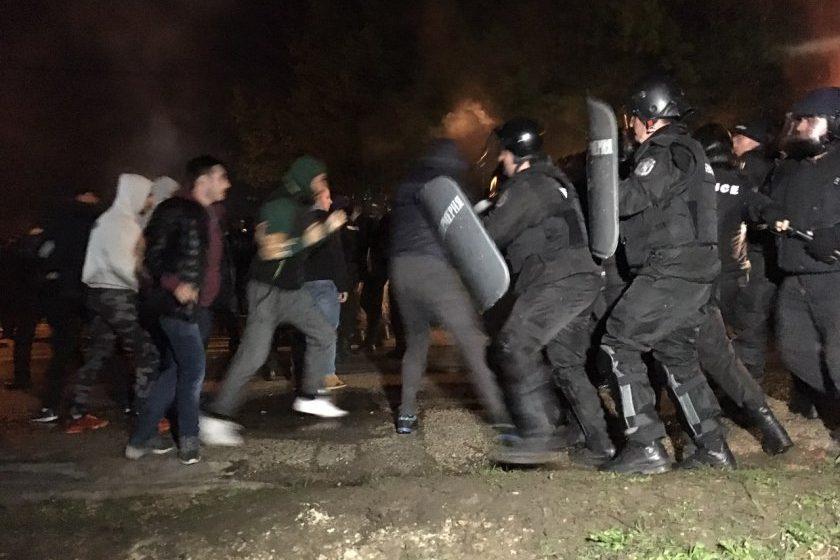 """(ВИДЕО) Шокиращи кадри в социалната мрежа показват бруталните действия """"мирните"""" протестиращи"""