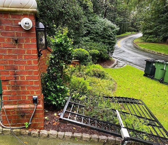 (ВИДЕО) Дуейн Джонсън-Скалата изкърти портата на имението си, закъснявал