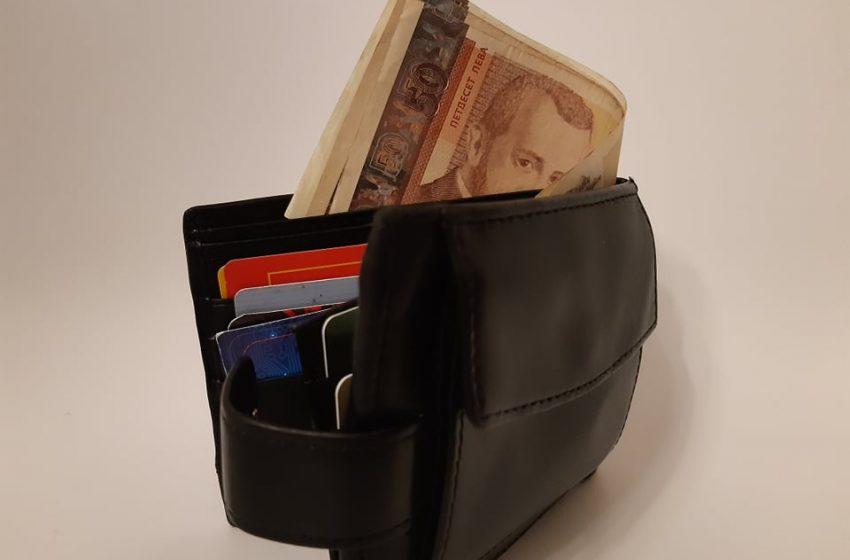 Изплащат пенсиите и добавките към тях
