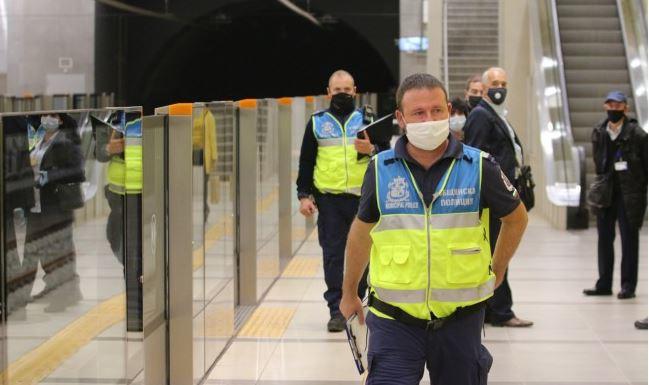 Полицай ударил ученик в метрото заради липса на маска