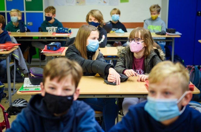 Маските са задължителни за завръщащите се в клас ученици