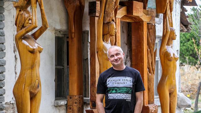 Художник засели със свои творби колонията на толстоистите в Пловдив
