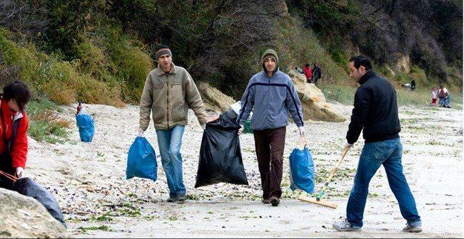 Доброволци почистват плаж във Варна, за Деня на Черно море