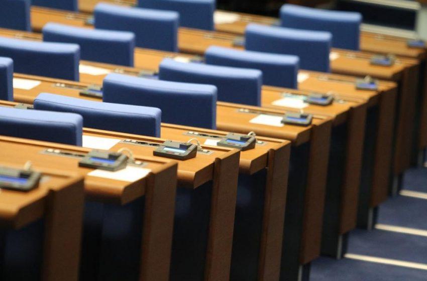 Парламентът увисна без кворум, Караянчева обвини опозицията
