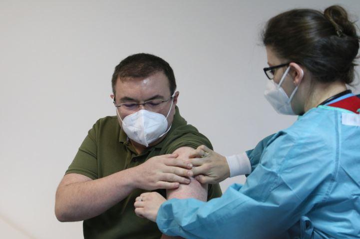 (ВИДЕО) Вече е факт! Проф. Ангелов е първият ваксиниран българин срещу COVID-19