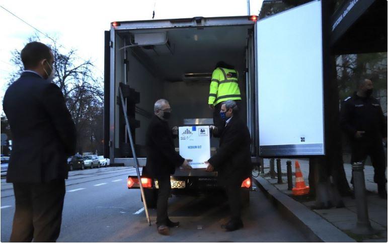 (ВИДЕО) Първите ваксини срещу коронавируса пристигнаха в България