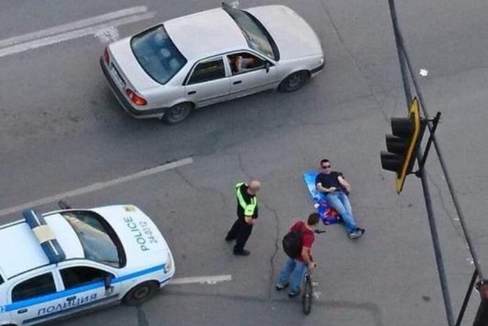 (ВИДЕО-СНИМКИ) Държавата на абсурдите: Глобиха протестиращи заради неработещ светофар