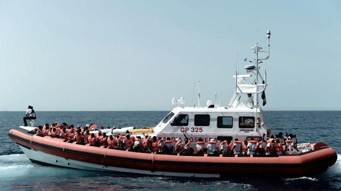 Кораб, който спасява мигранти, търси къде да акостира