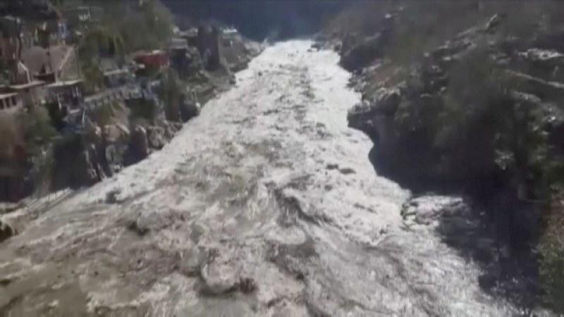 (ВИДЕО) Хималайски ледник се свлече и завлече стотици хора и къщи в Индия