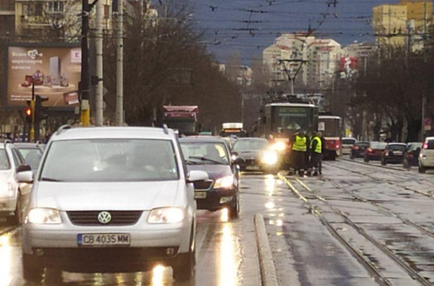 (СНИМКИ) Катастрофа между трамвай и кола спря движението на кръстовище в София