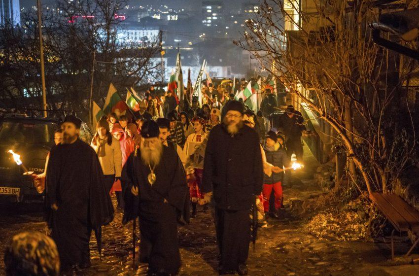 (СНИМКИ) Възраждане се опитва да яхне шествието на Апостола в Ловеч