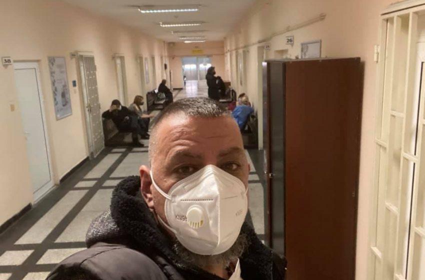 (СНИМКИ) Здрави и болни от Ковид чакат лекар в  Първа МБАЛ – София в общ коридор
