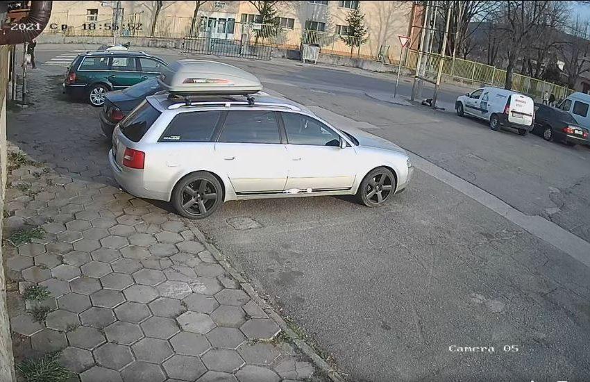 (ВИДЕО 18+) Стара рамка от билборд едва не уби 12-годишно на тротинетка в Благоевград