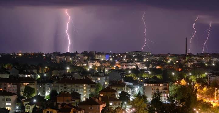 Жълт код за валежи и гръмотевични бури в страната