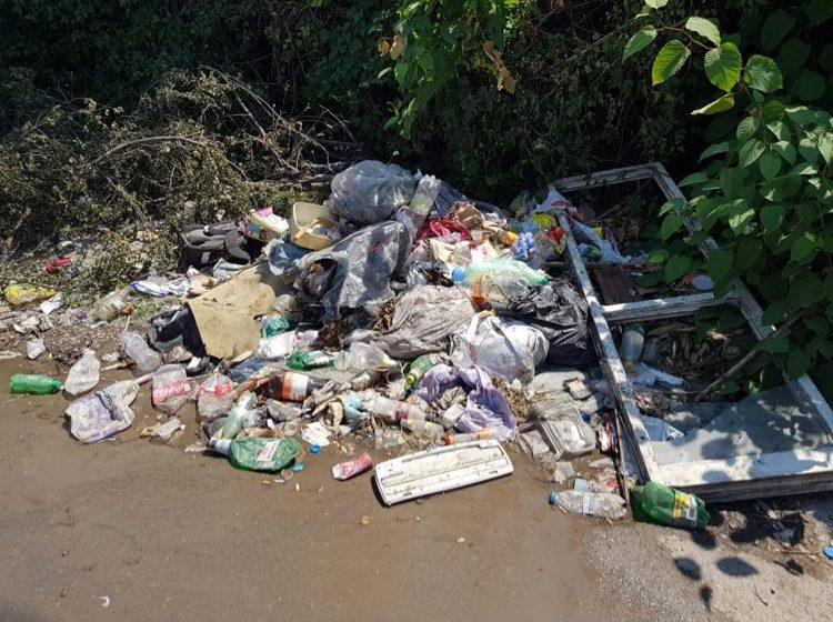 (СНИМКИ) Нерегламентирано сметище тормози от години живущи в район Красна поляна