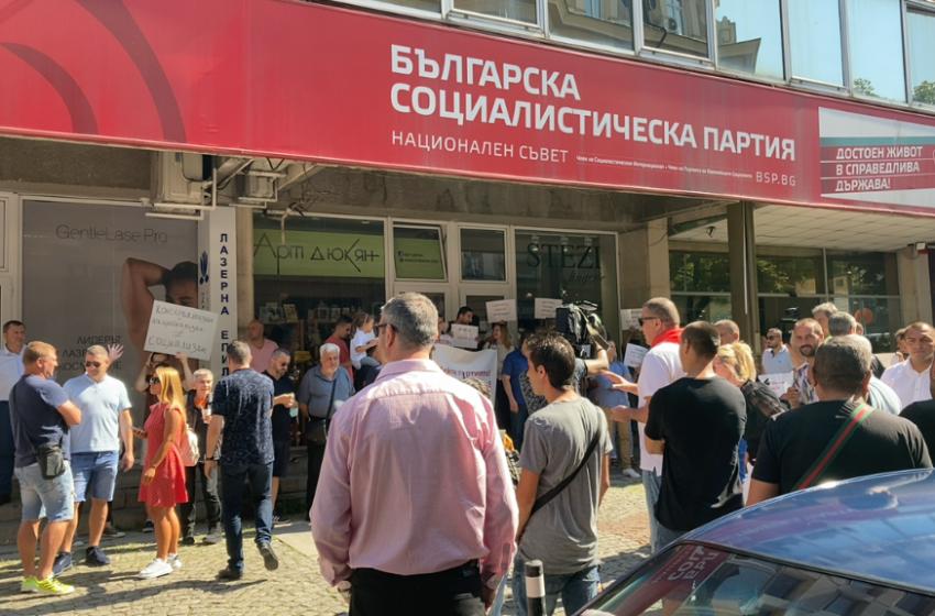 (ВИДЕО) Протест под прозорците на НС на БСП иска оставката на Нинова
