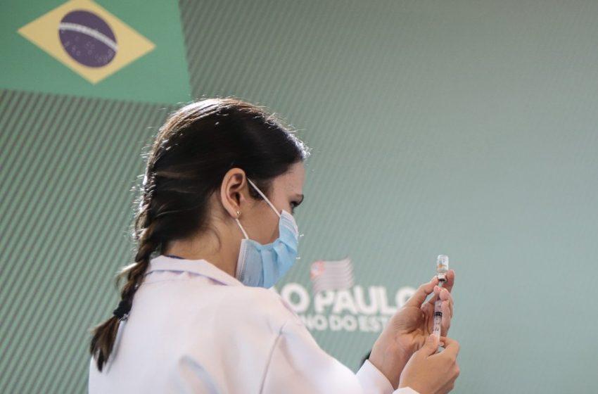 Бразилия започва да слага подсилващи дози от ваксината срещу ковид, макар че много хора още чакат за втора доза